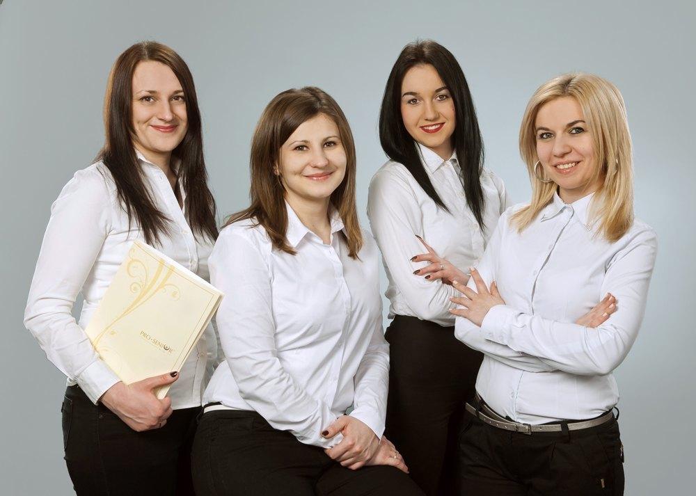 Betreuer und ältere Menschen mit polnischen Nannies